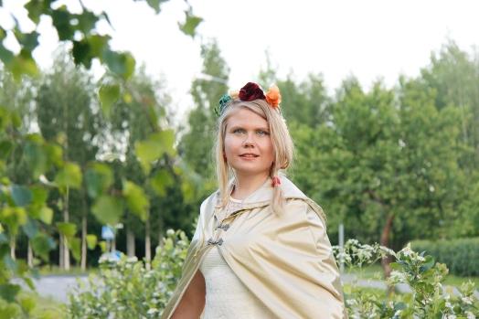 Kultainen sadeviitta suojasi morsiamen pukua viime kesänä.