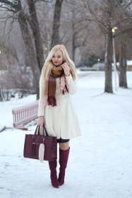 Valkoinen villakangastakki valmistui talvella ja päätyi suoraan asiakkaan suosikiksi. Kuva ja malli: Jenni Huotari.