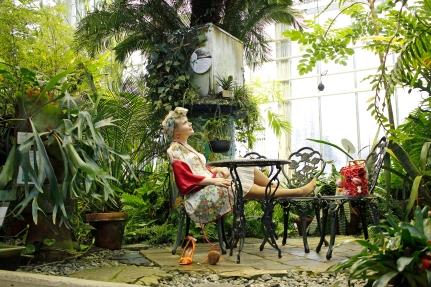 Asiakkaalle valmistettiin kierrätysmateriaaleista kimono ja alla olevan mekon yläosaa suurennettiin nyörityksen avulla. Kuva on otettu Joensuun Botanialla, www.botania.fi.