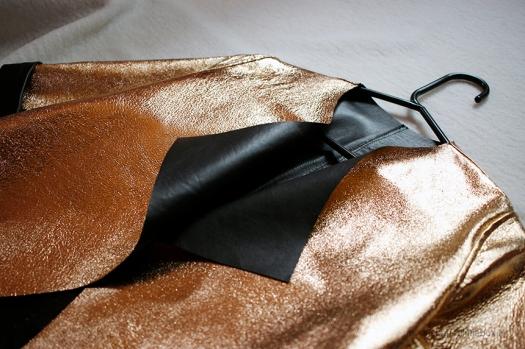 Kimaltava nahkajakku valmistettiin kaksipuoleisesta nahasta - jakkua voi pitää mustana kultaisilla yksityiskohdilla tai kultaisena mustilla yksityiskohdilla. Kuva ompelijan tyyliblogista; www.moonshapedlittlebox.fi