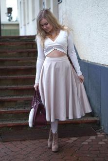 Korkeavyötäröinen hame sopii kauniisti Jennin tyyliin. Kuva ja malli: Jenni Huotari