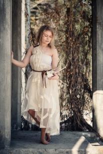 Kierrätysmateriaaleista valmistui mekko epäsymmetrisellä helmalla ja yhdellä olkaimella.
