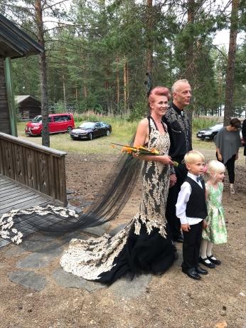 Elokuussa 18.8.2018 juhlittiin tämän upean parin häitä. Mustakultainen puku valmistui ateljeella, merenneitohelman laahuksen lisäksi myös halterneck- olkaimiin kiinnitettiin näyttävät mesh-laahukset.